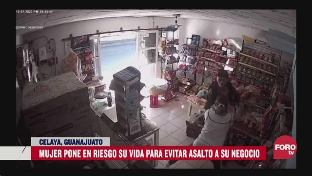 mujer enfrenta a golpes a delincuente para evitar robo a su negocio