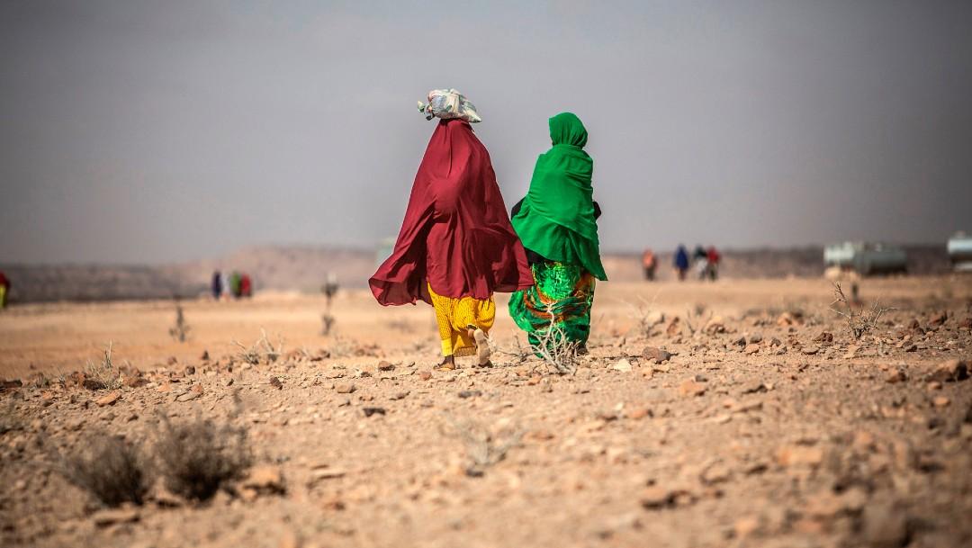 Mujeres caminando en África; advierten sobre crisis alimentaria por COVID