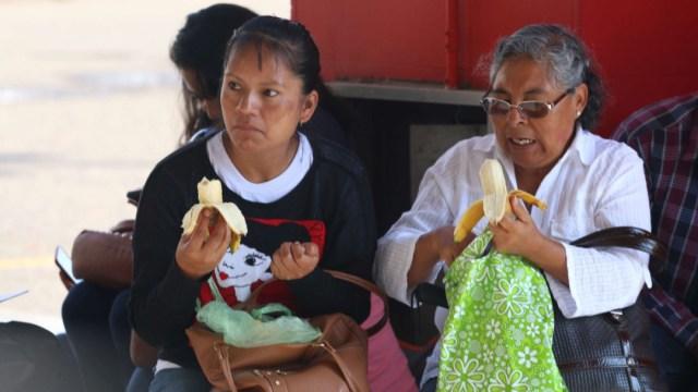 mujeres comiendo en una plaza de oaxaca