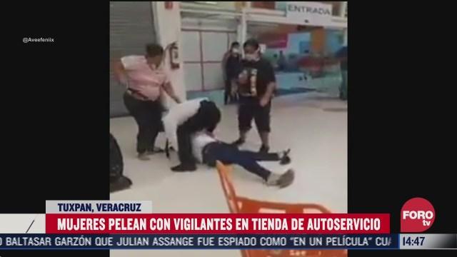 mujeres se pelean a golpes con vigilantes de tienda de autoservicio