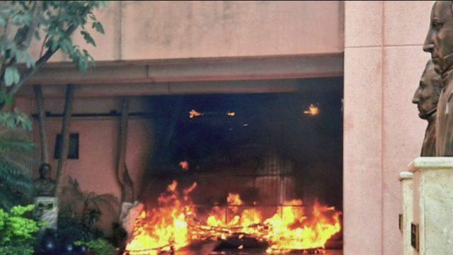 normalistas de ayotzinapa incendia la entrada del congreso de guerrero