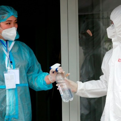 Personal sanitario con ropa especial contra el coronavirus
