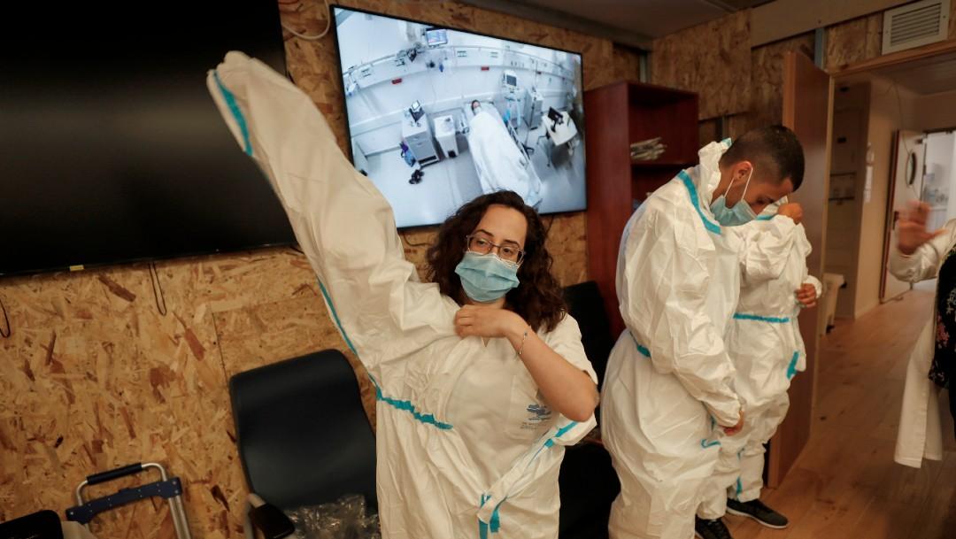 Personal sanitario israelí colocándose ropa especial contra el coronavirus
