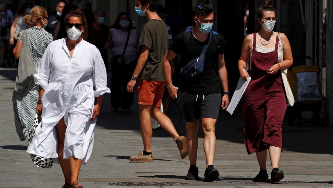 Personas caminando en calles de Barcelona, España