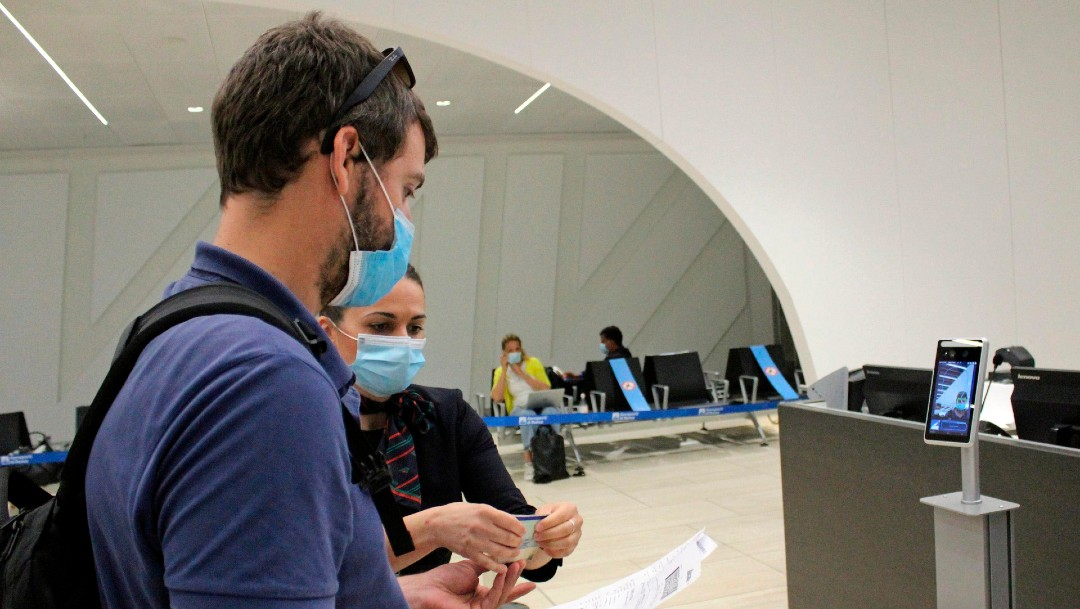 Personas en aeropuerto en Italia; advierten segunda oleada de coronavirus