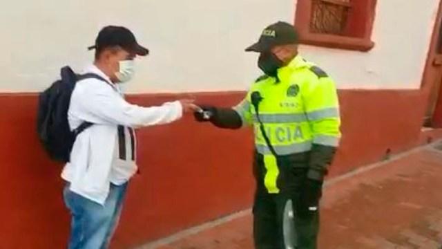 El policía de Colombia regresó personalmente el dinero