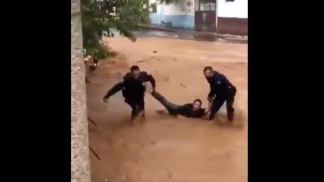 Lluvia intensa arrastra a un hombre y vehículos en Nogales, Sonora