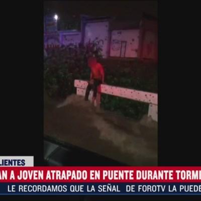 Rescatan a joven atrapado en puente durante tormenta en Aguascalientes