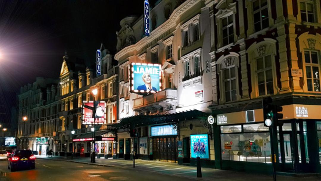 El Teatro Apollo y el Teatro Lírico en el West End en la Avenida Shaftesbury en la ciudad de Westminster, en Londres