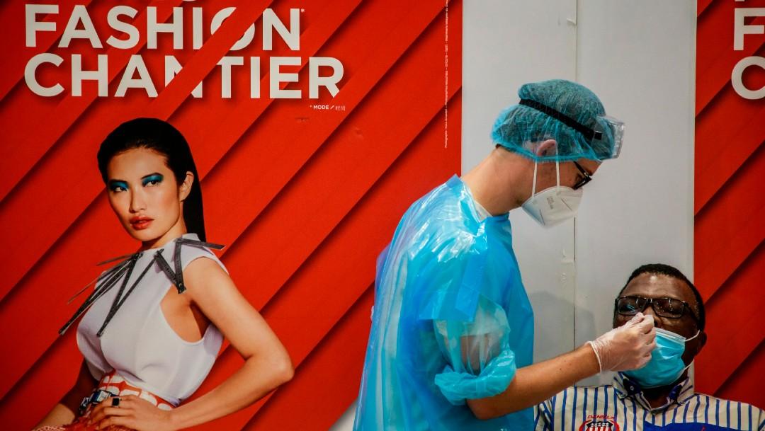 Trabajador realiza prueba de coronavirus en París