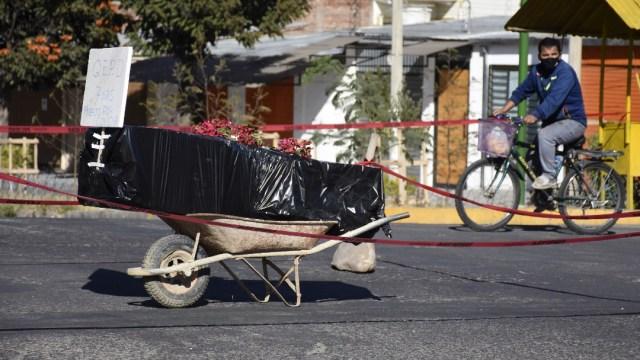 Tras no poder enterrar a fallecido por COVID-19; familiares bloquean calle con ataúd