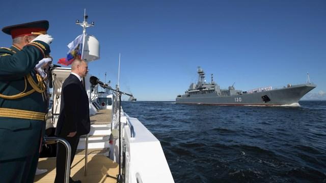 El presidente de Rusia, Vladimir Putin, durante el desfile naval en San Petersburgo