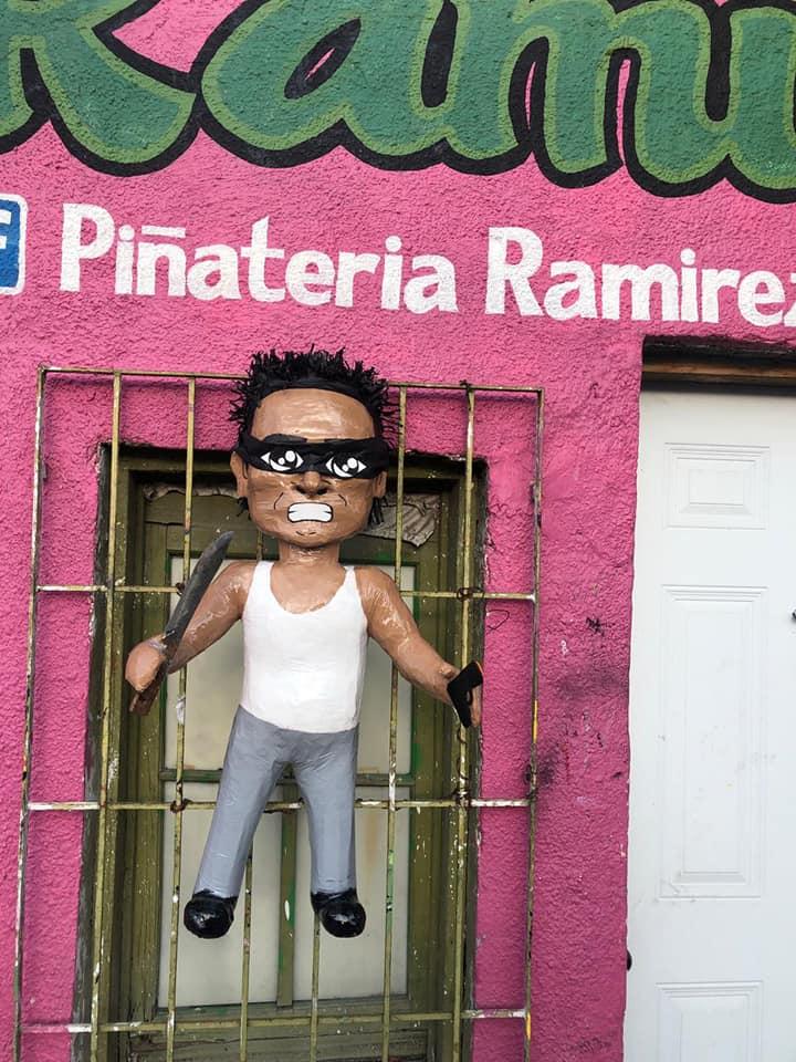 Crean piñata de ladron de la combi
