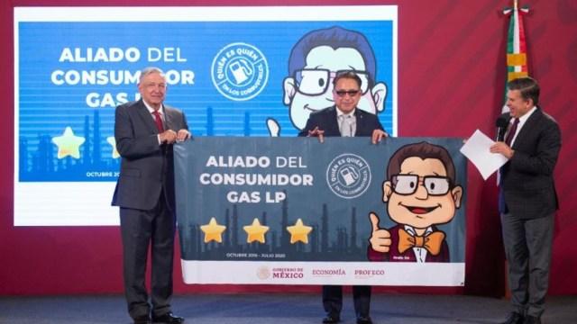 AMLO y Ricardo Sheffield entregan recoocimiebto a empresario de gas