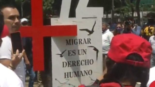 Un 'antimonumento en forma de +72 fue instalado frente a la embajada estadounidense