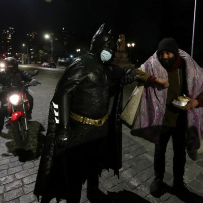 Hombre se disfraza de Batman para ayudar a personas sin hogar durante la pandemia