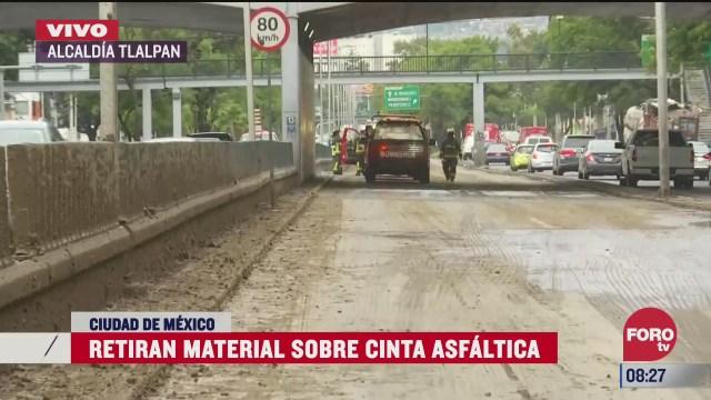 camion de carga tira material de construccion en viaducto tlalpan cdmx