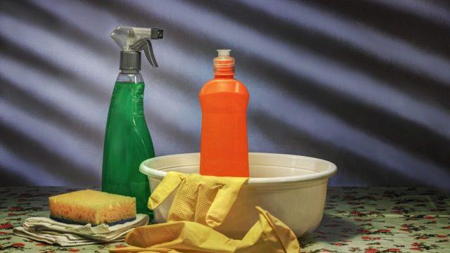 Mujer fallece tras mezclar cloro y otro producto de limpieza