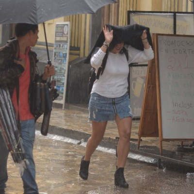 Personas cubriéndose de la lluvia en Chiapas