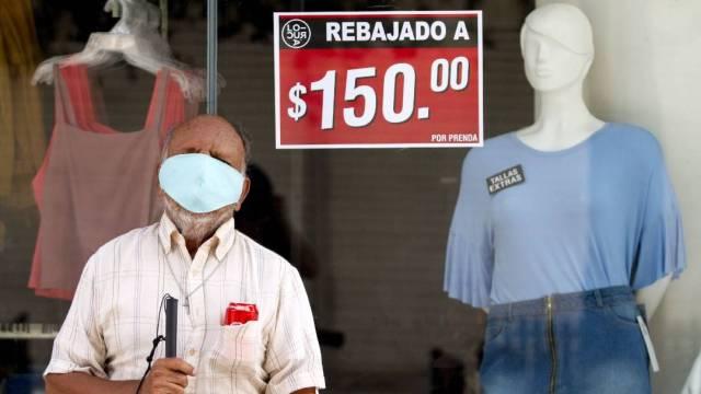Un adulto mayor descansa afuera de un local comercial en Monterrey, una de las ciudades más golpeadas por la pandemia del coronavirus