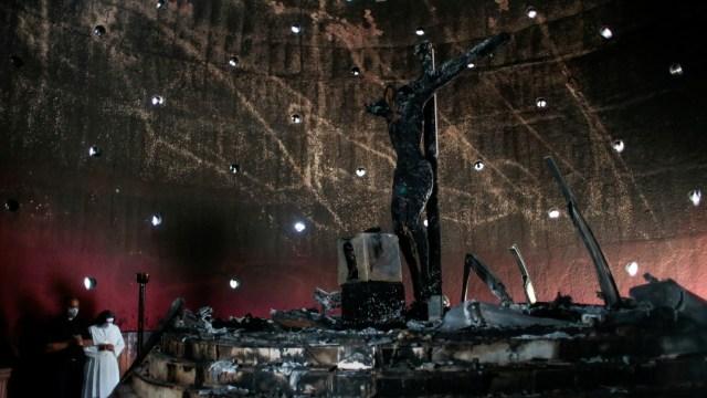 Desconocido arroja bomba y quema imagen que veneró Juan Pablo II en Catedral de Managua
