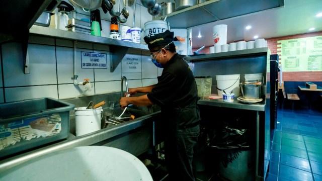 Empleado con cubrebocas en restaurante de la CDMX