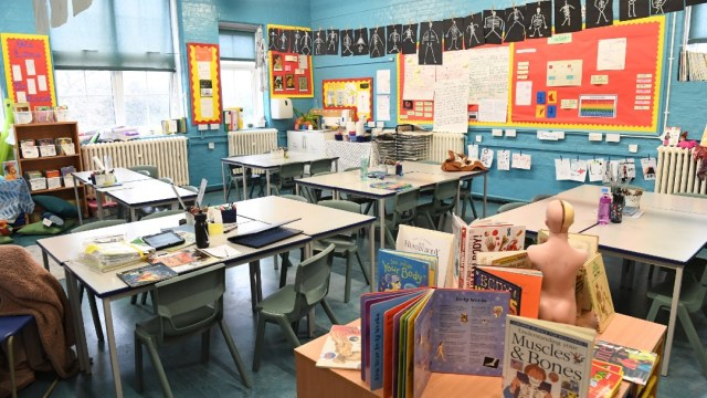 Es un 'deber moral y prioridad nacional' el retorno de niños al colegio: Boris Johnson