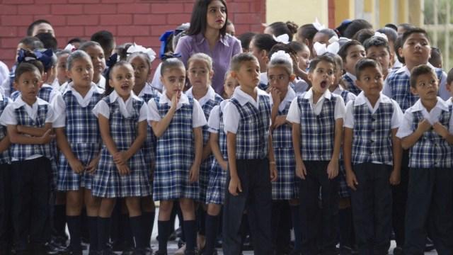 Fotografía que muestra a un grupo de alumnos de una escuela primaria en México.