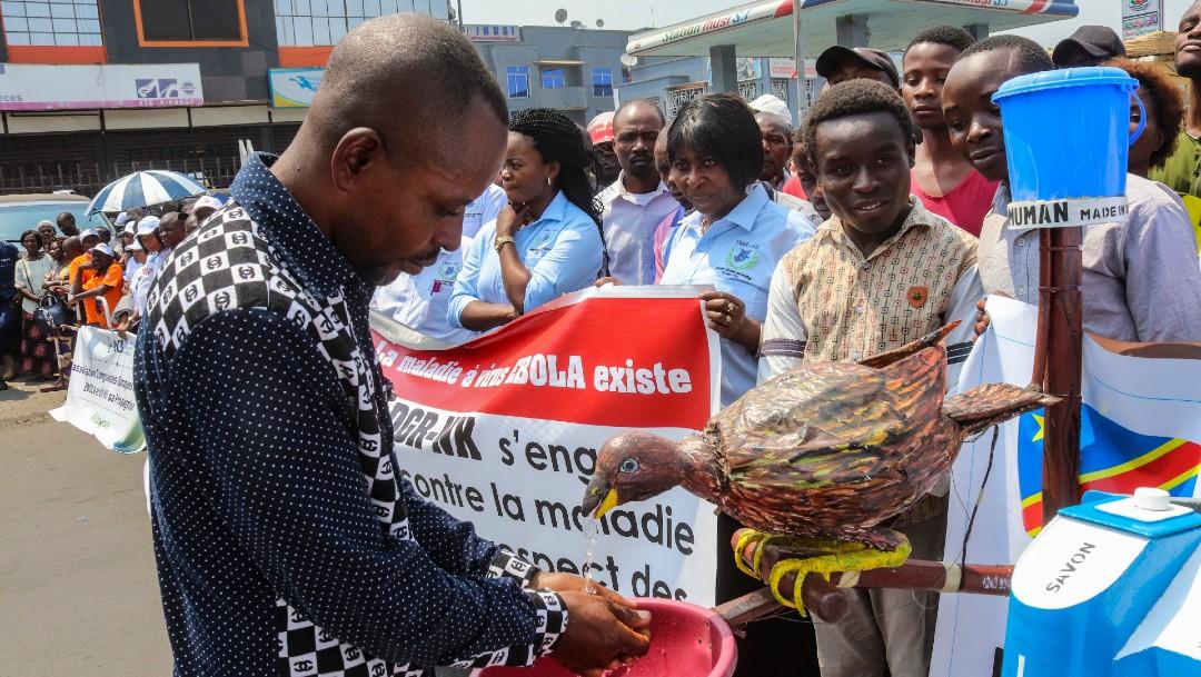 Hombre se lava las manos en el Congo para evitar ébola