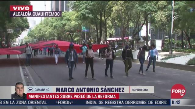 manifestantes caminan sobre paseo de la reforma en cdmx
