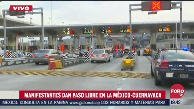 un grupo de manifestantes dan paso libre en la carretera México-Cuernavaca