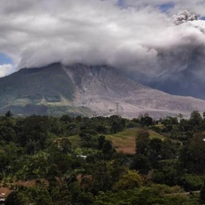Volcán Sinabung de Indonesia entra en erupción y registra fuerte explosión de ceniza de 4,500 metros