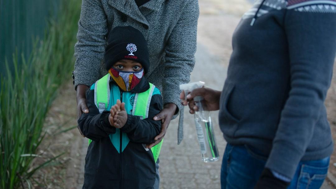 Niño limpia con gel sus manos en Sudáfrica