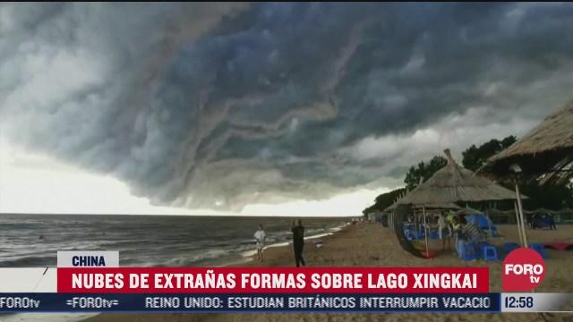 nubes de extranas formas sobre lago xingkai en china