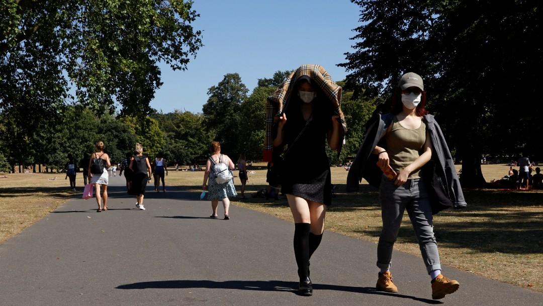 Personas con cubrebocas caminando en Londres
