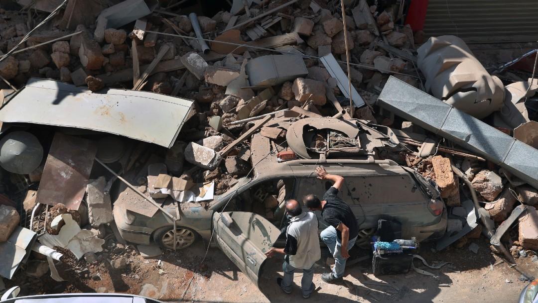 Personas observan un carro tras explosión en Beirut