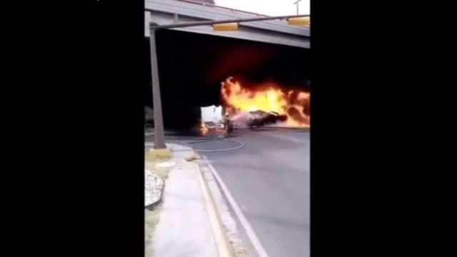El accidente ocurrió en calles de la colonia Carmen Romano de San Nicolás de los Garza, cuando una pipa de gasolina trató de ganarle el paso al tren