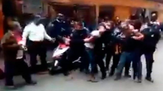 Los policías detienen a joven en Puebla con violencia