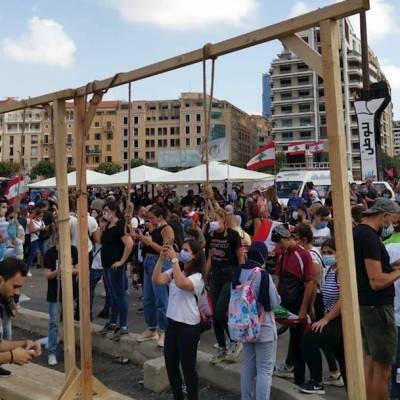 Miles de libaneses protestan esta tarde contra las autoridades por las explosiones en Beirut, donde fallecieron al menos 150 personas