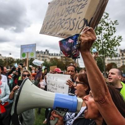Se manifiestan en París contra uso obligatorio de cubrebocas ante COVID-19