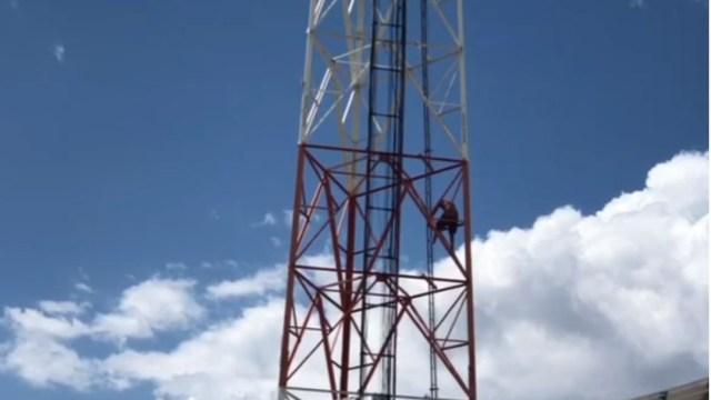 Rescatan a hombre que permaneció por varias horas en lo alto de una antena en Chihuahua