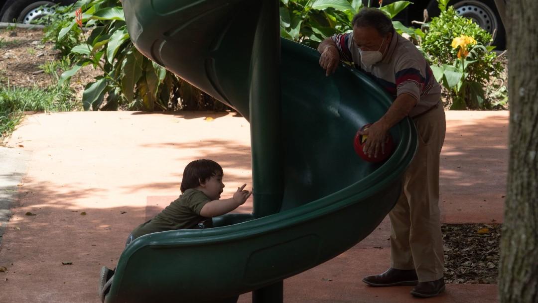 Sin besos y sin abrazos festejan el Día de los Abuelos en México