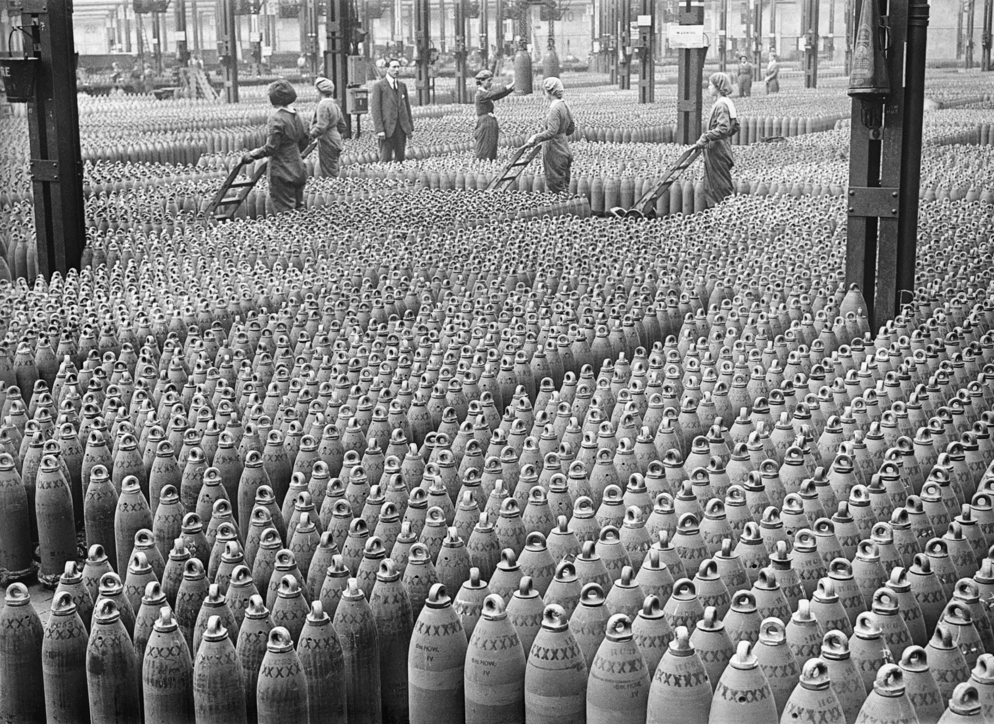 Fotografía de mujeres trabajando en una fábrica de bombas durante la Primera Guerra Mundial