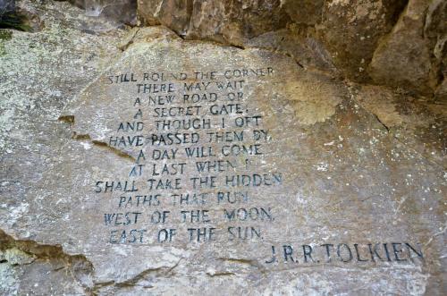 Poema de J.R.R. Tolkien tallado en una piedra