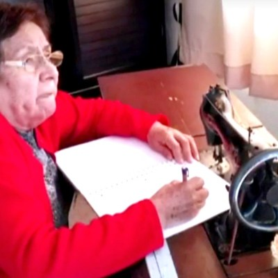 Abuelitas toman clases de la SEP por televisión ante crisis por COVID-19