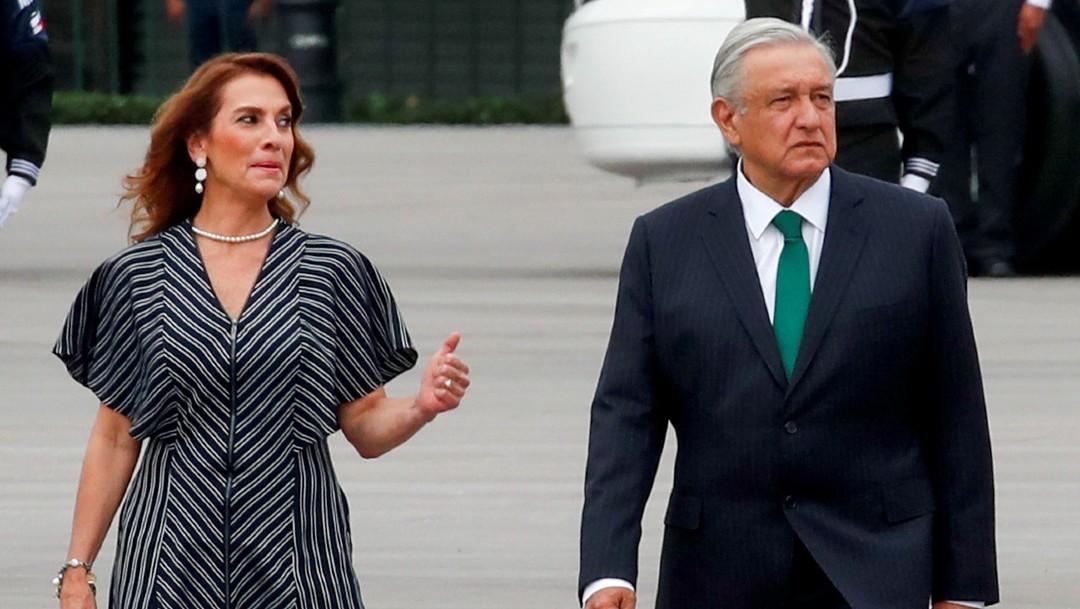 Beatriz Gutiérrez Muller y Andrés Manuel López Obrador en desfile militar