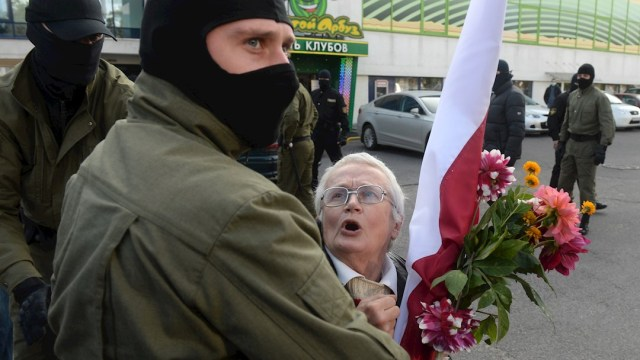 Policías bielorrusos detienen a una activista de la oposición Nina Baginskaya, de 73 años