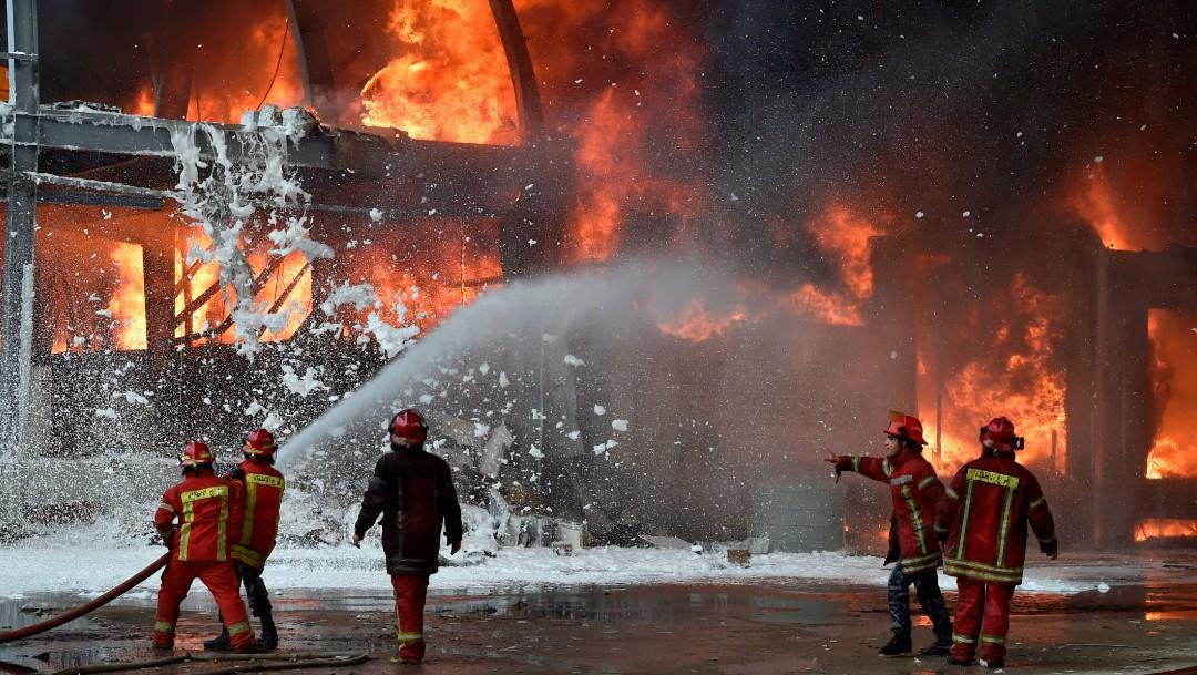 bomberos en incendio de deposito de beirut