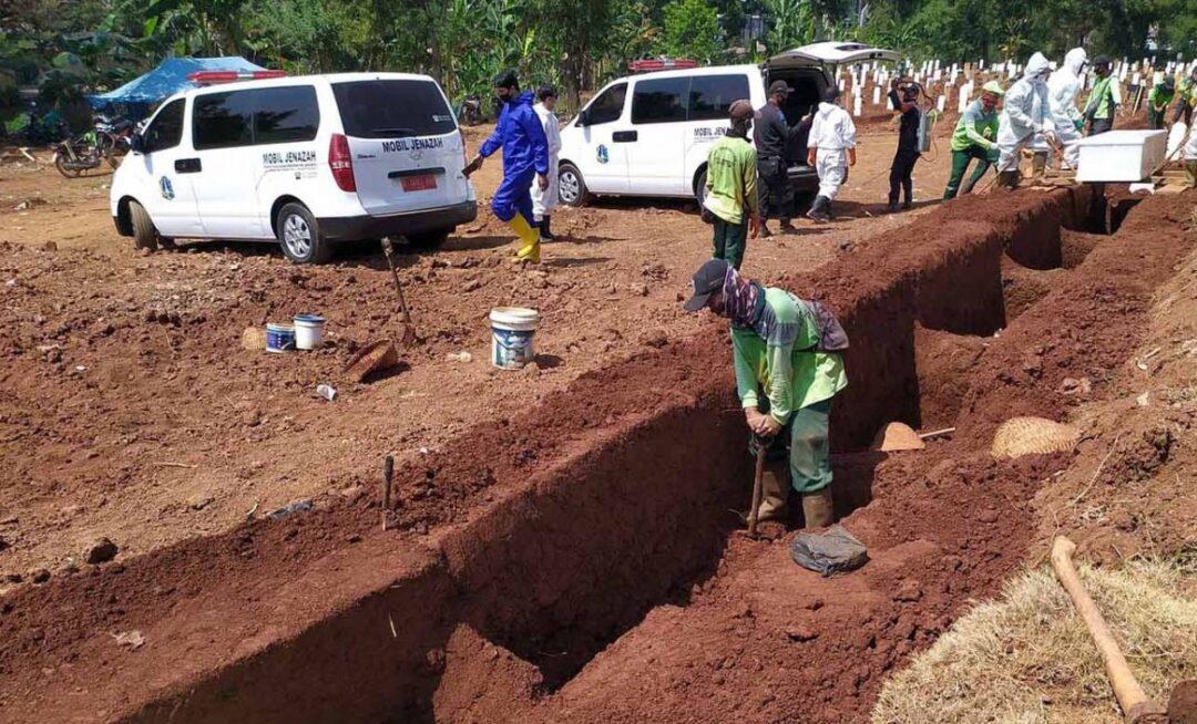 Cavar tumbas, castigo por no usar cubrebocas en Indonesia