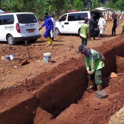 Cavar tumbas, ese es el nuevo castigo para quienes no usan cubrebocas en Indonesia